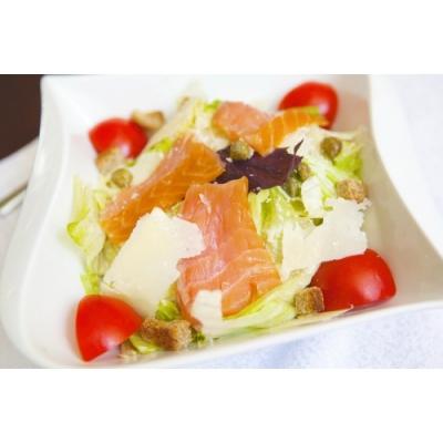 Sezar salatı qızıl balıq ilə